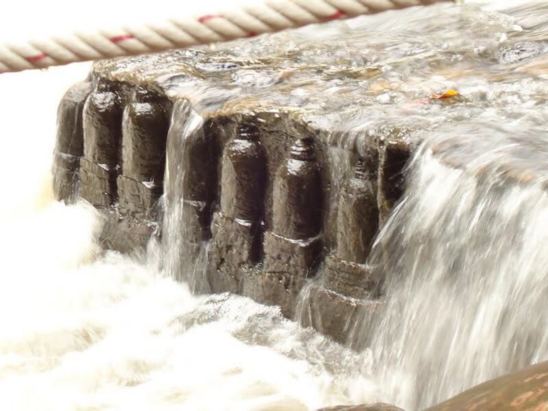 Рис. 10. Омовение линг водами реки «Тысячи Линг» (комплекс Кбал Спиен, Камбоджа).
