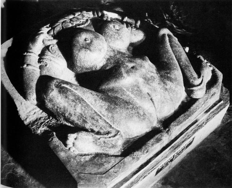 Рис. 1. Древний индийский алтарь женской энергии с вагинальной символикой.