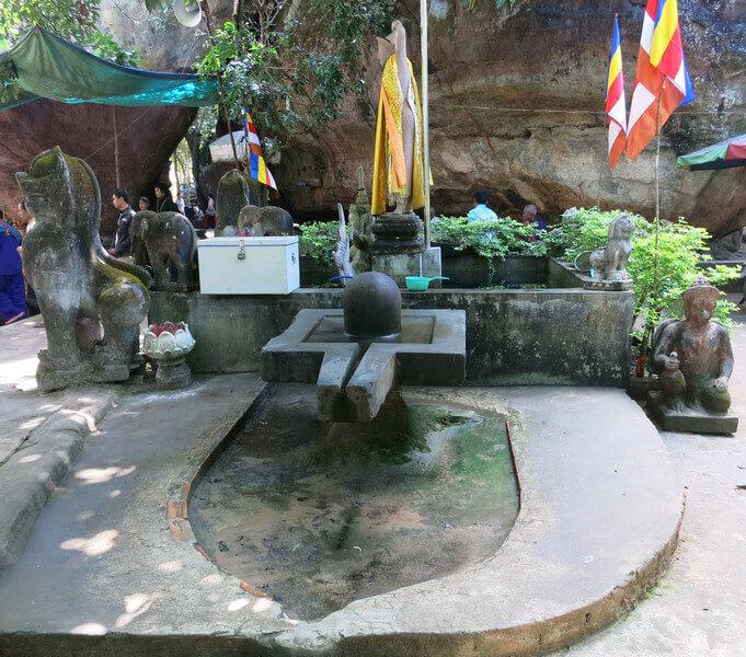 Рис. 11. Йони-линга для омовения родниковой водой (храм Преах Анг Том, Камбоджа).