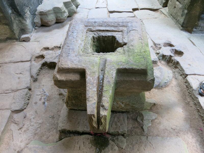 Рис. 12. Йони из храма Бантей Кдей (Камбоджа).