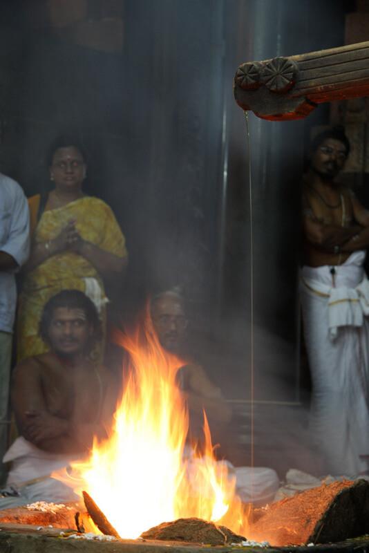 Рис. 13. Непрерывная струйка жертвенного масла во время Агни пуджи (Чидамбарам, Индия).