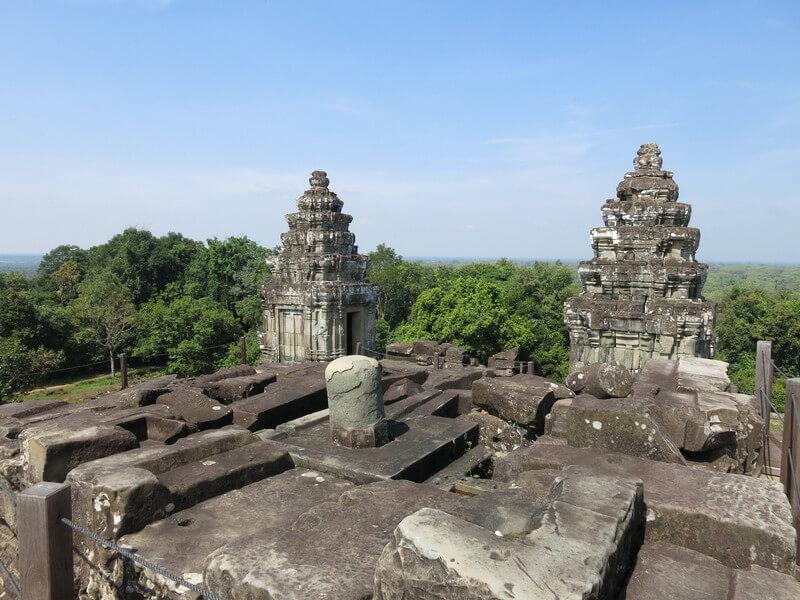 Рис. 25. Йони-линга разрушенного прасата центральной композиции храма Пном Бакхенг.