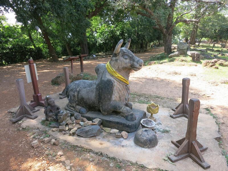 Рис. 28. Бык Нанду, скульптура перед северным входом в храм Пном Бакхенг.