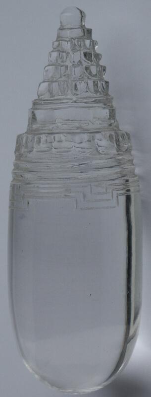 Рис. 30. Трехмерная Шри янтра, вырезанная на вершине яйцевидной хрустальной линги.
