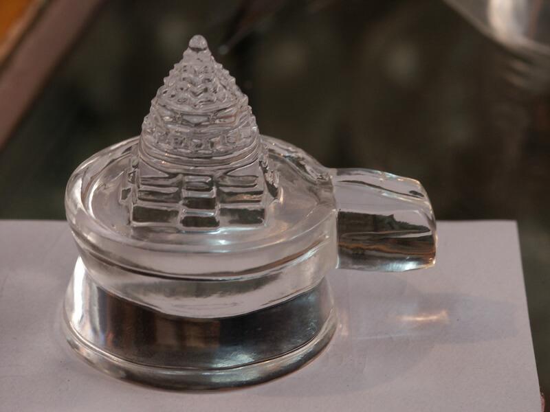 Рис. 31. Йони-линга в виде трехмерной Шри янтры, выполненная из горного хрусталя.
