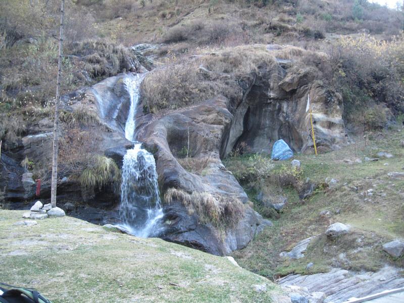 Рис. 3. Водопад с ложем, символизирующим йони и камень – естественная линга в природном храме Шивы (предгорья Гималаев, долина реки Парвати).