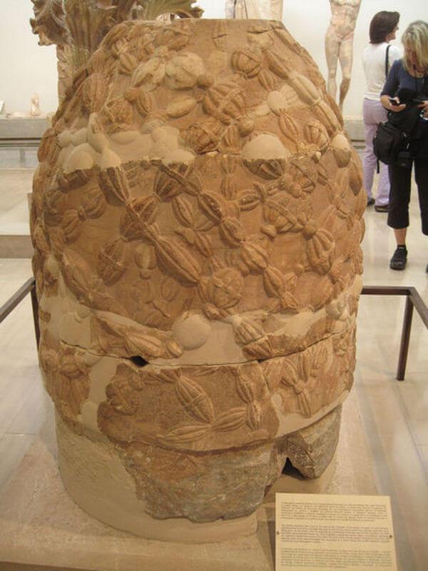 Подлинный Омфалос, хранящийся в музее Дельф.