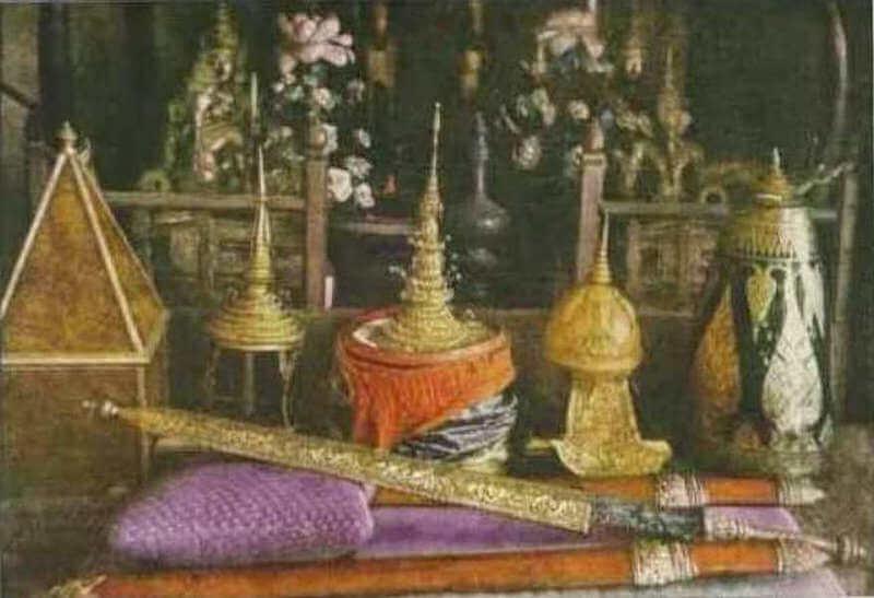 Рис. 19. Священный меч и другие королевские регалии Камбоджи, фото 1920 (National Geographic).