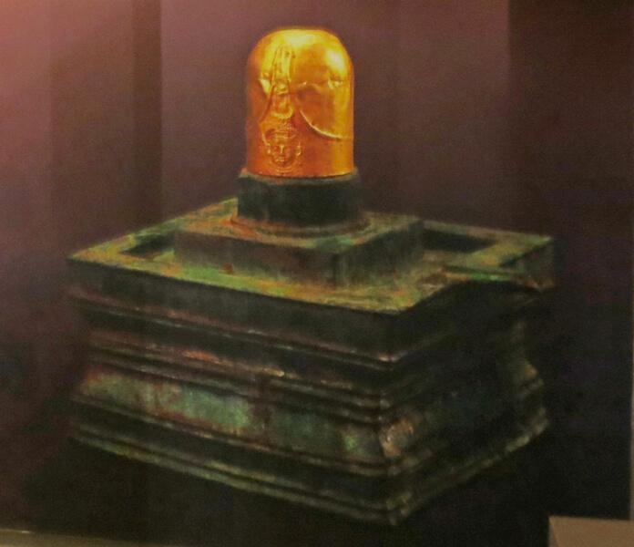 Изображение золотого Шивалингама. Национальный музей Ангкора.