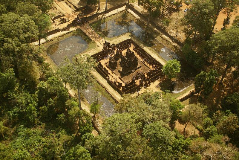Рис. 36. Храм Бантей Срей (967 г.), фото с высоты птичьего полета.