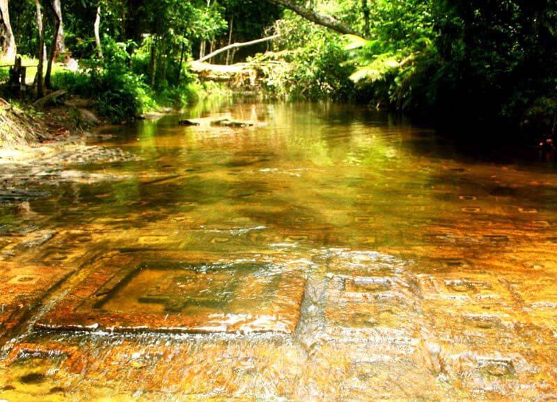 Рис. 38. Йони-линги заполняющие паттерном дно реки «Тысячи Линг» Пном Кулен, совр. фото (1).