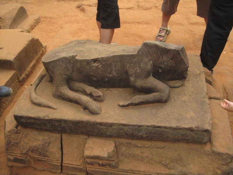 Рис. 41. Разрушенная фанатиками скульптура быка Нанды (ваханы Шивы) в храме Бантей Срей, фото 2011 г.