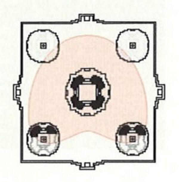 Рис. 31. План верхнего уровня храма Пном Бакхенг (конец IX в.) с очертаниями платформы под статую Будды (XVI в.).