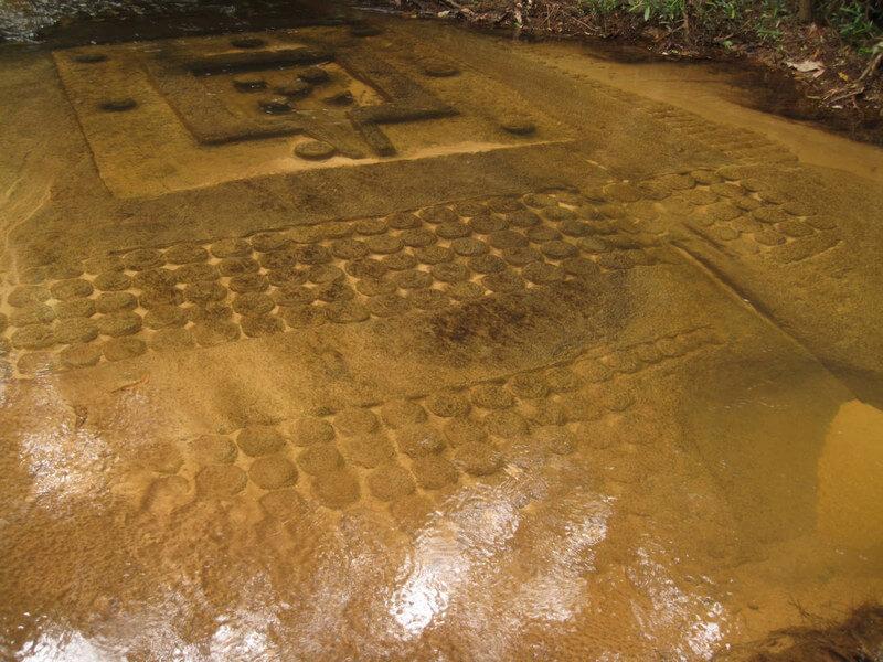 Рис. 48. Плоская йони-линга, окруженная орнаментами из рядов плоских линг.