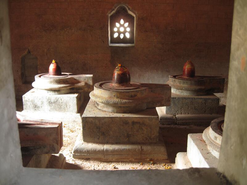 Рис. 50. Комплекс из пяти йони-линг, символизирующих 5 первоэлементов, долина Тысячи лингамов, Непал.