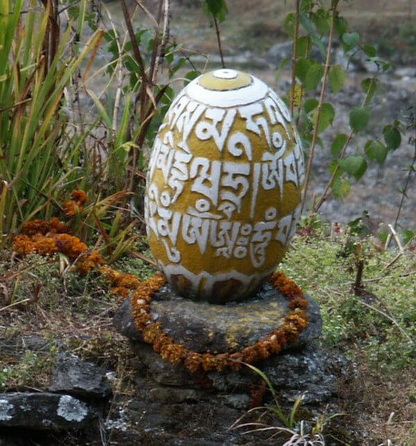 Рис. 6. Яйцевидная линга на тропе к Эвересту (Непал).