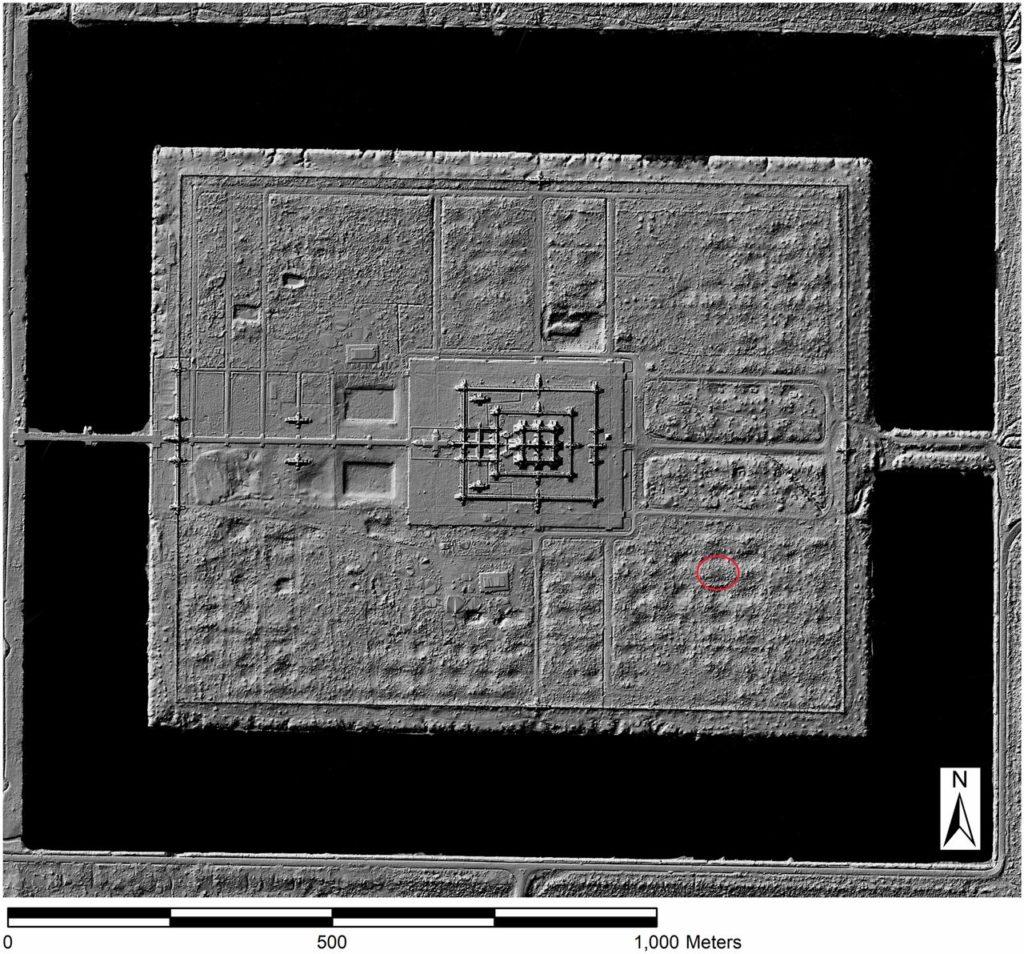 Рис. 2. LIDAR изображение системы формальной сетки через корпус Ангкор-Ват с расположением кургана S1E2M1 в кружке. Цифровое изображение местности любезно предоставлено Консорциумом кхмерской археологии Лидар.