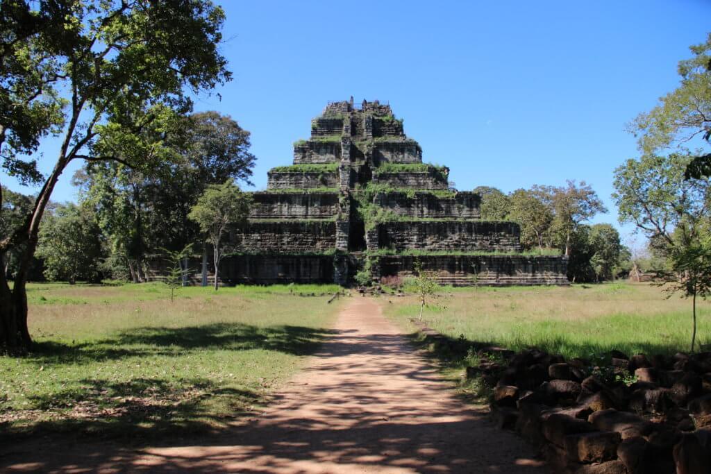 Таинственный город Кох Кер. Пирамида Пранг. Храм в лианах Бенг Мелеа
