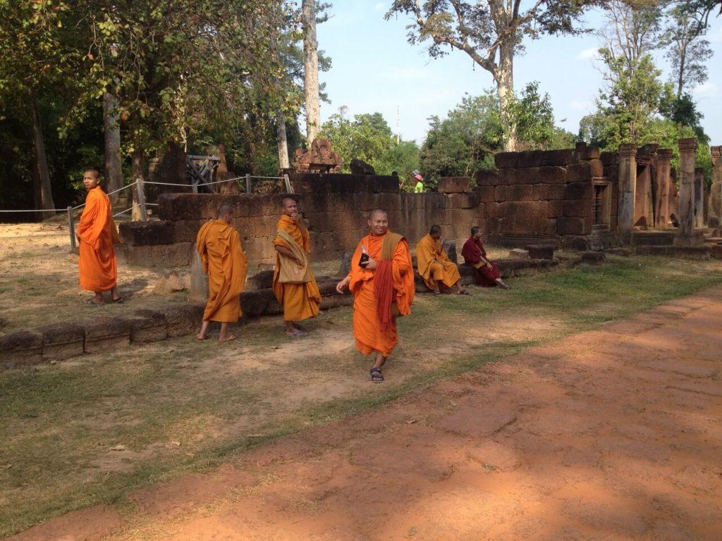 Монахи у храма Бантей Срей Камбоджа