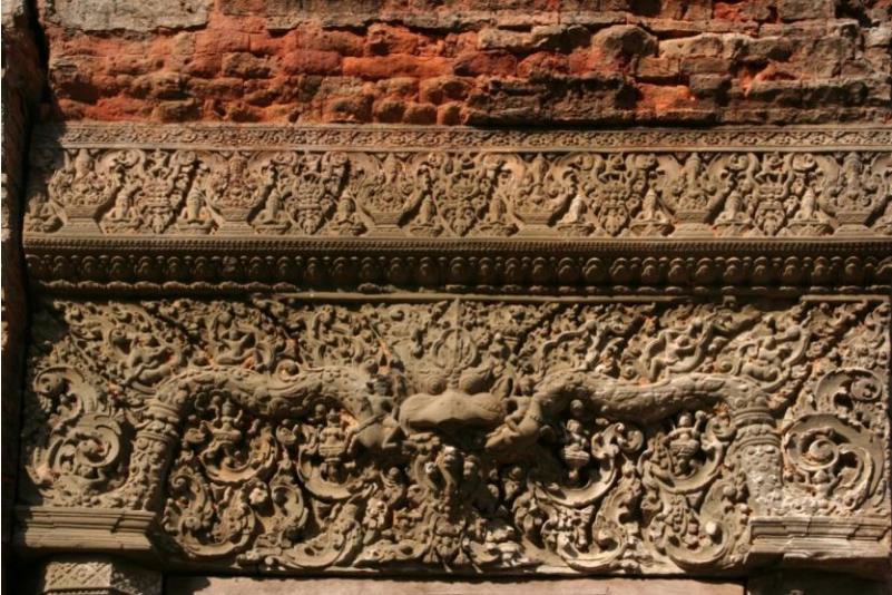 Иллюстрация 1. Храм Лолеи. Скульптурное оформление наддверной перемычки. 893 год. Фото 2010 года