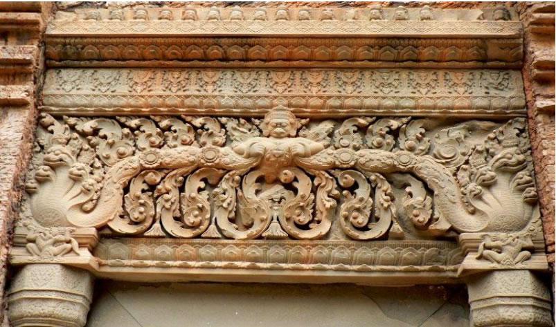 Иллюстрация 2. Храм Баконг. Скульптурное оформление наддверной перемычки. 893 год. Фото 2010 года