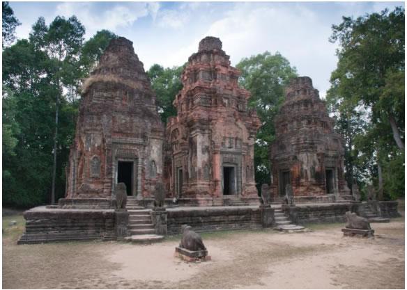 Рис. 1. Праех Ко. Общий вид святилищ храма и скульптуры. 879 год. Фото 2010 года