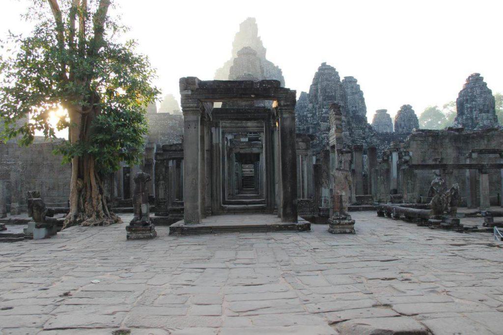 Храм БАЙОН В Тумане Камбоджа Ангкор ТХОМ